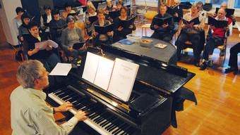 Probt mit dem Wettinger Kirchenchor St. Sebastian Kramárs Missa  solemnis: Stephan Meier (am Flügel).