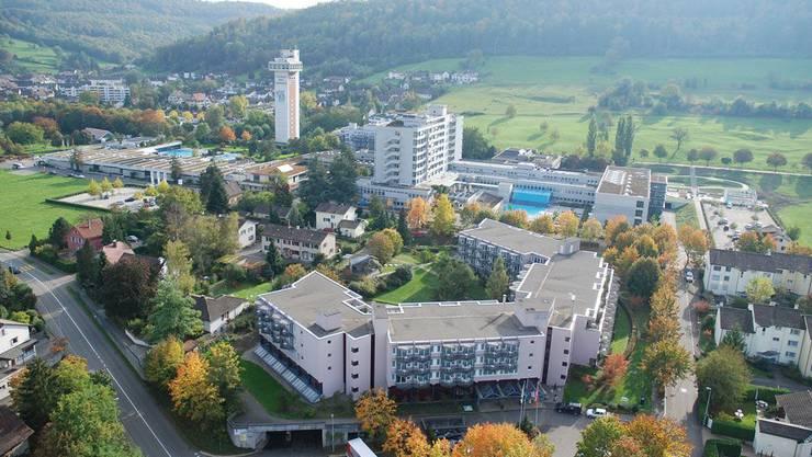 Park-Hotel mit Schulthess Klinik im Vordergrund - hinten das Thermalbad mit RehaClinic