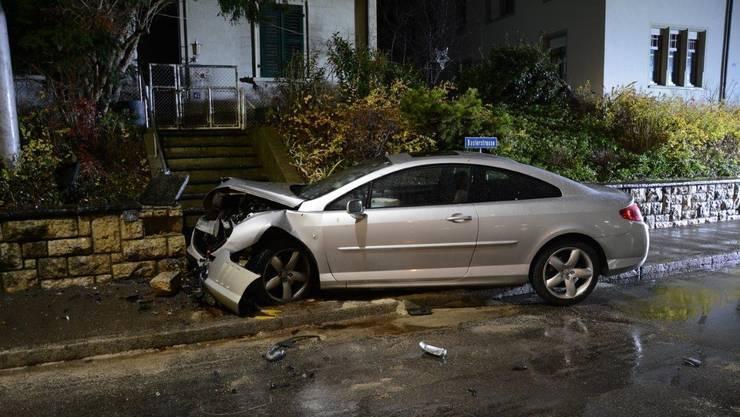 In Allschwil verunfallten am frühen Montagmorgen zwei junge Männer mit einem geklauten Auto.