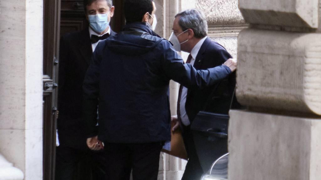 Mario Draghi (r), frühere Chef der Europäischen Zentralbank, kommt in der Abgeordnetenkammer an. Foto: Mauro Scrobogna/LaPresse/AP/dpa