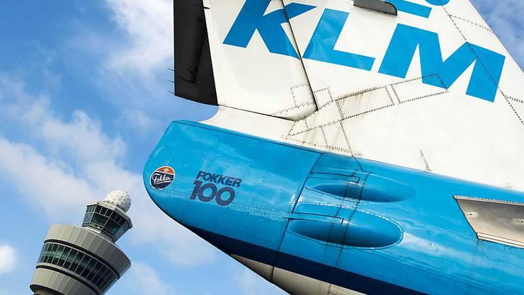 Die Maschine der Fluggesellschaft KLM ist mit Hilfe der niederländischen Flugwaffe sicher auf dem dem Amsterdamer Flughafen Schiphol gelandet. Anlass für den Einsatz der Kampfjets war ein aggressiver Passagier.(Archivbild)