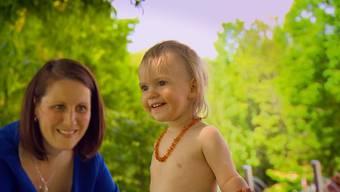 Einungeschriebene Gesetz besagt: Sonnencreme vor dem Sonnenbad. Nicht aber bei Kindern, wie Ärzte warnen.Das Gesundheitsmagazin«CheckUp» auf Tele M1erklärt, was einSonnenbrand ist, worauf man bei Kindern achten muss und was beiSchwarzen Hautkrebs zu tun ist.