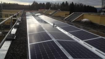 Seit gut einem Monat versorgen diese Solarpanels rund 14 Wohnungen in Dättwil mit Strom.