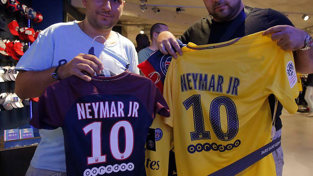 Diese zwei Fans haben sich bereits ein Neymar-Trikot ergattern können