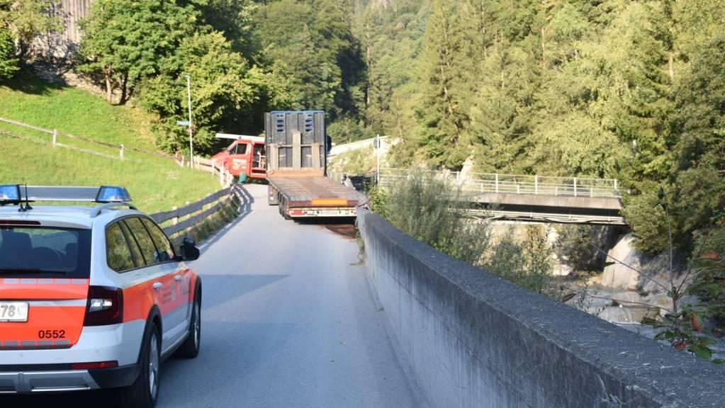 Der in Jenaz GR verunfallte Sattelschlepper mit dem aufgeschlitzten Tank, aus dem Diesel auslief.