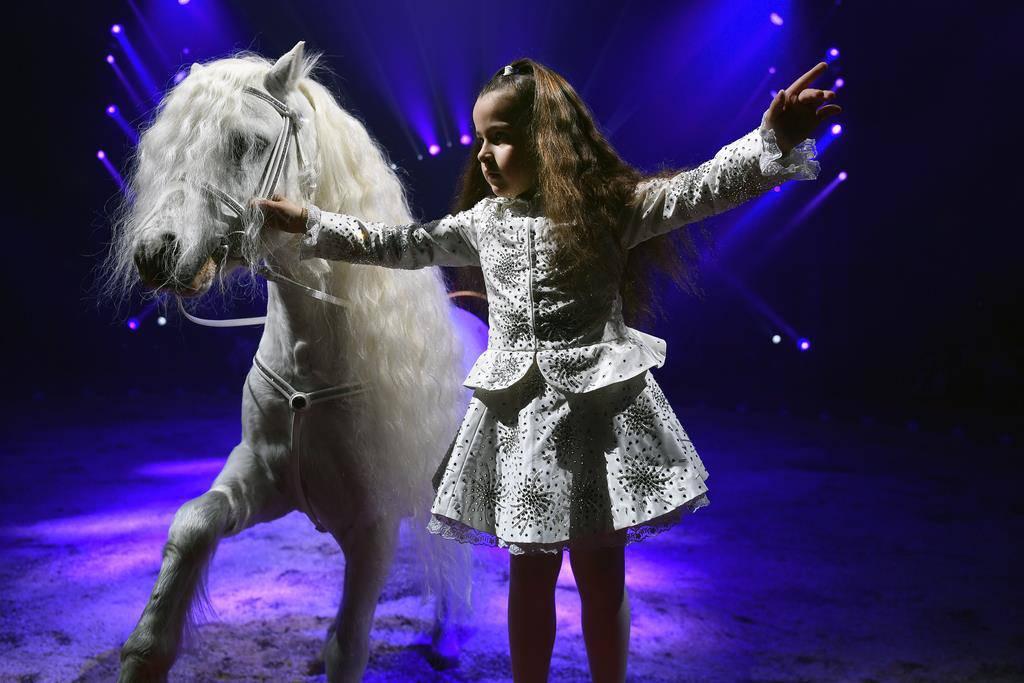 Die Zirkus-Prinzessin sechsjährige Chanel Knie trat mit Glitzerkleid und weissem Pony auf. (© Keystone)