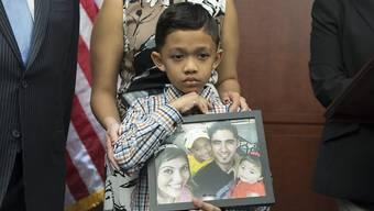 Von seiner Familie getrennt: Ein siebenjähriger Migrant im US-Bundesstaat Texas mit einem Foto seines Vaters, der aus den USA ausgeschafft wurde. (Archivbild)