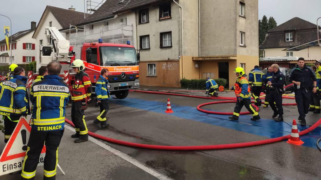 Mehrfamilienhaus in Brand: Mann erleidet Verbrennungen
