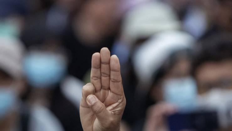 Das Drei-Finger-Zeichen aus der Science-Fiction-Filmreihe «Die Tribute von Panem» hat sich in den vergangenen Monaten zum Symbol der thailändischen Demokratiebewegung entwickelt. Foto: Sakchai Lalit/AP/dpa