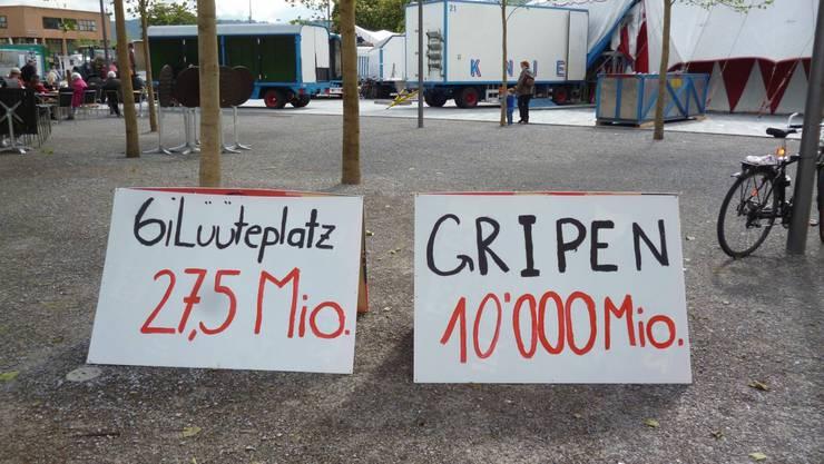 Die JUSO Kanton Zürich zeigt auf dem Sechseläutenplatz, wie teuer der Gripen-Kauf im Vergleich mit dem Platz wäre.