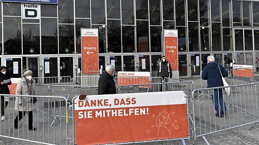 In der Wiener Stadthalle werden in einer Teststraße Corona-Massentestungen durchgeführt. Foto: Herbert Neubauer/APA/dpa