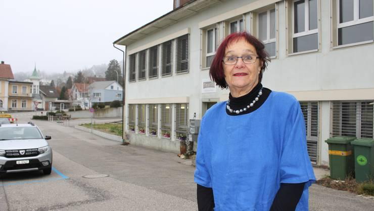 Iris Minder vor dem Gebäude ihres Kleintheaters