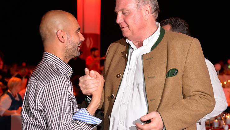 Uli Hoeness (rechts) und Pep Guardiola trafen sich am Dienstag in München zum Mittagessen (Archivbild)