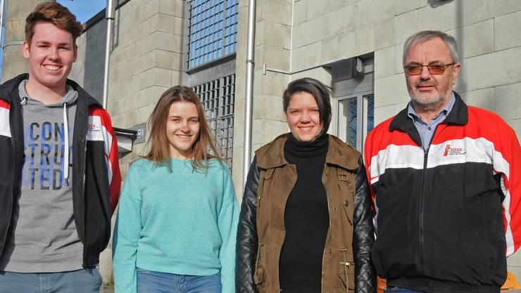 Die drei treffsichersten Nachwuchsschützen (von links) Mirco Reinhart (2.), Joana Brudermann (1.) und Selina Capuzzello (3.) mit dem Solothurne€r Kaderverantwortlichen Fritz Ryser.