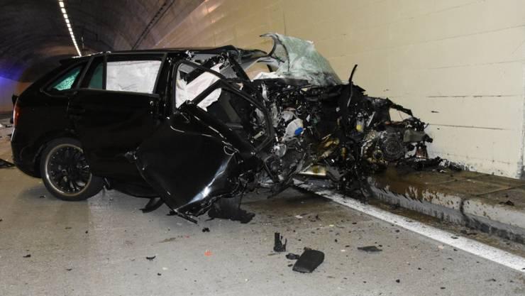 Rettungsdienste mussten die Frau nach dem Unfall im Murgwaldtunnel aus ihrem Auto befreien.