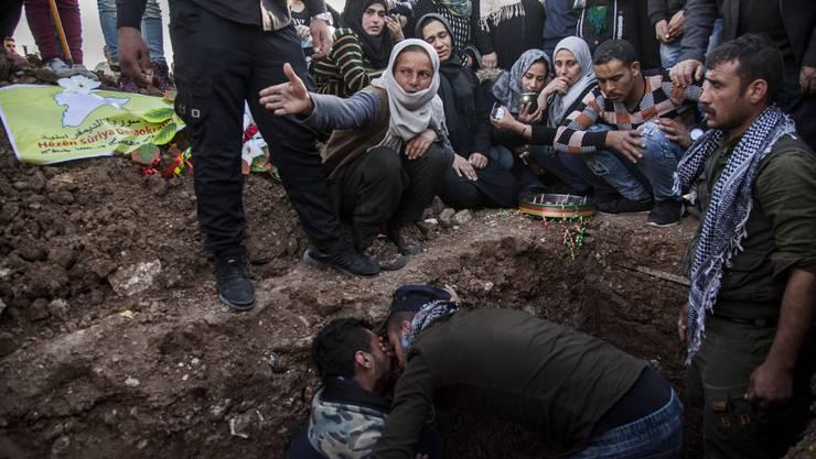 Familienangehörige betrauern einen Soldaten, der in Syrien von IS-Terroristen umgebracht worden ist. (Bild: Keystone)
