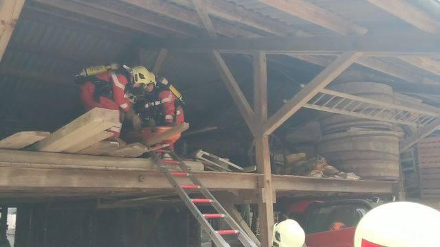 Ein vorgeblich Verletzter wird aus dem oberen Stock abtransportiert.
