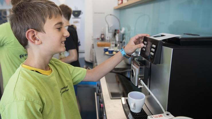 Die Kaffeemaschine zu bedienen will gelernt sein. Wie Profis servieren die Kinder einen Kaffee nach dem anderen.