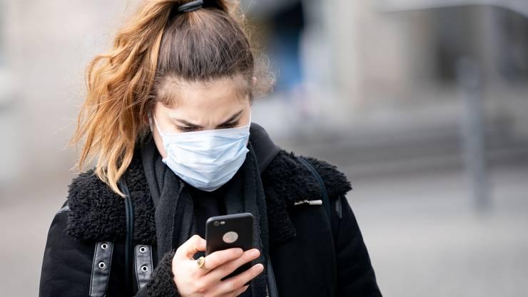 Mit einer App könnten die Infektionsketten des Coronavirus eruiert werden. Nach dem Willen der Kommission soll die Nutzung aber keine Pflicht sein.