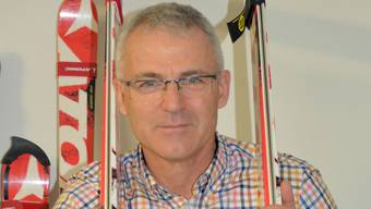 Peter Läuppi mit den von ihm entwickelten Spezialski für differenzielles Lernen, um den Schwerpunkt zu verbessern.