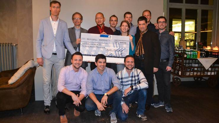 Der Rotaract Club Baden übergibt den Spendencheck über 100 000 Franken an «Vision-Himalaya»-Vertreter, darunter VizePräsident Roman Graemiger (2.v.l.) und Stiftungsratmitglied Loten Dahortsang (3.v.l.).