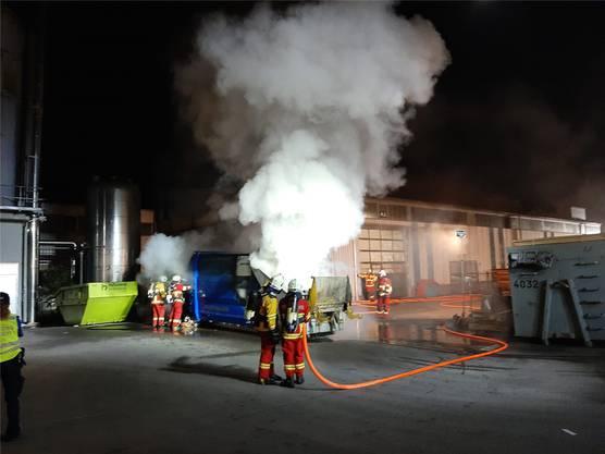 Bremgarten AG, 13. Oktober: Aus noch ungeklärten Gründen brach in einer Pressmulde ein Brand aus. Weil nicht klar war, wie viel Material tatsächlich brannte, hat die Feuerwehr einen Hackenlastwagen aufgeboten.