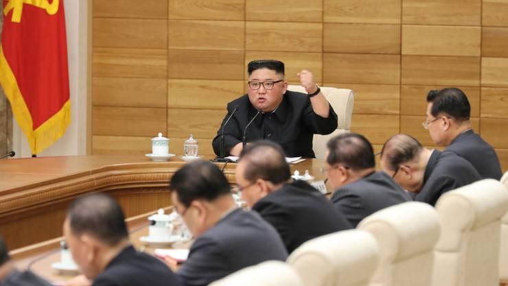 Der nordkoreanische Machthaber Kim Jong Un in Beratungen mit dem Zentralkomitee der herrschenden Arbeiterpartei.
