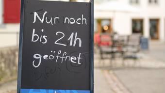 «Nur noch bis 21 Uhr geöffnet»: Vielleicht wird diese Baselbieter Regelung bereits am Samstag von einer noch schärferen nationalen Bestimmung abgelöst.