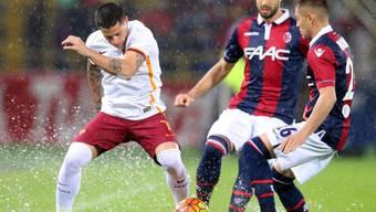 Romas Stürmer Juan Iturbe (links) im Kampf um den Ball gegen Bolognas Verteidiger Luca Rossettini (Mitte)