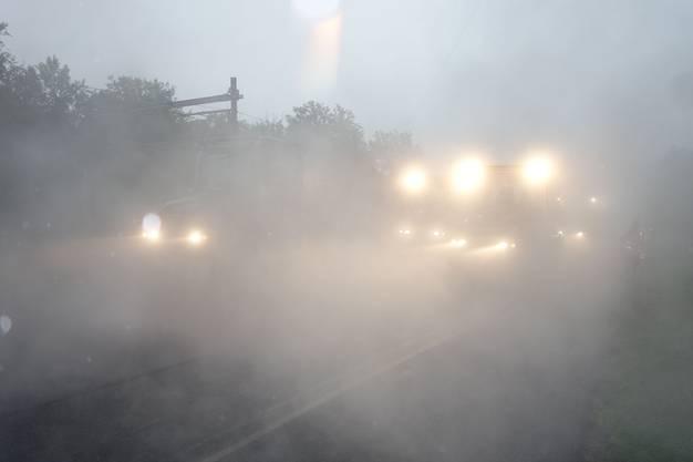 Gespenstische Szenerie: Der starke Regen am Samstag lässt die Walzen hinter einer Dampfschicht verschwinden.