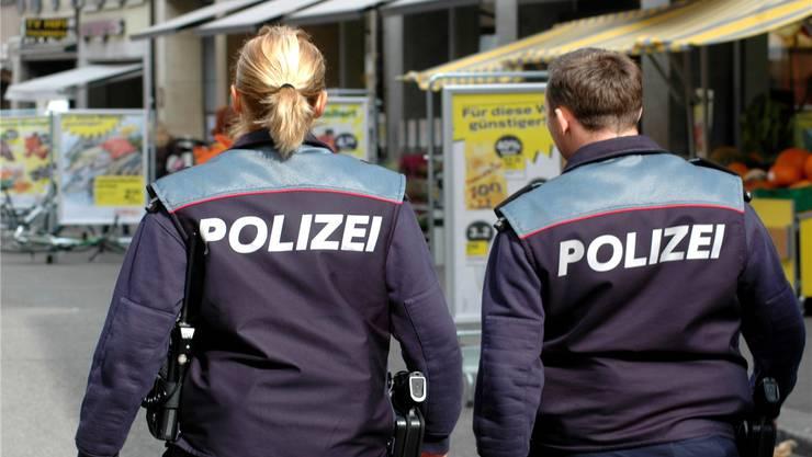 Die Polizei setzt bei der Einbruchsprävention auch vermehrt auf Fusspatrouillen in den Quartieren.