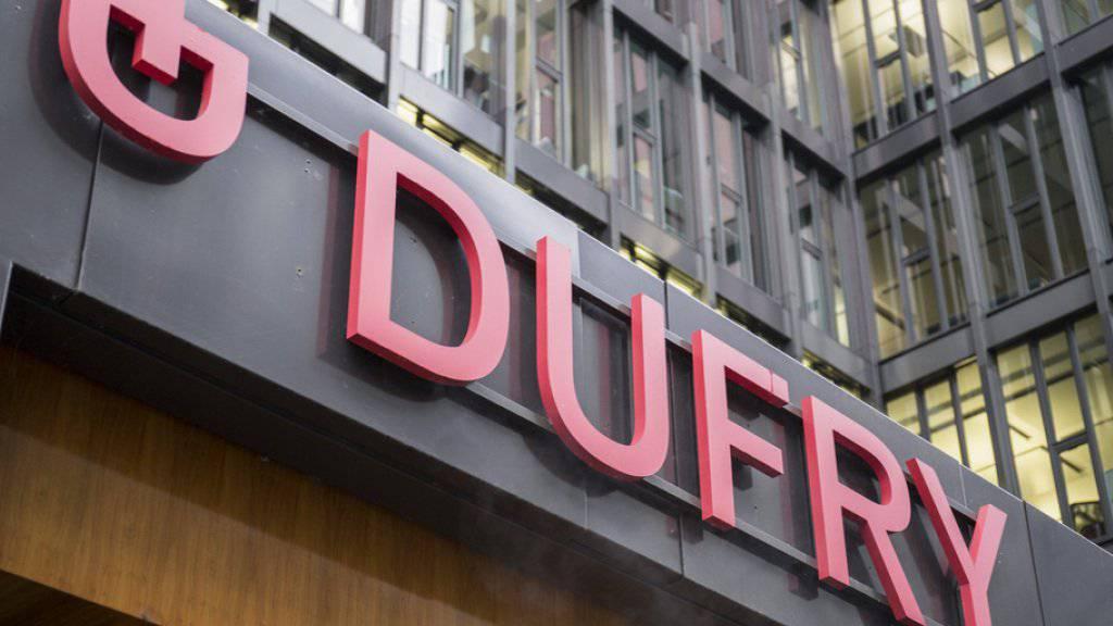 Der Reisedetailhändler Dufry schreibt 2016 wieder schwarze Zahlen nach einem Verlust im Vorjahr.