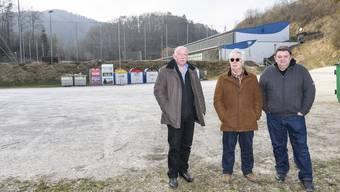 «Lassen uns nicht verarschen» : Raimund Steiner, Hans-Peter Herrmann und Berno Meier (von links) am Tatort, der früheren Abfall-Deponie.
