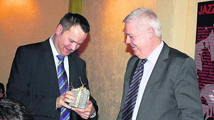 Ein Bsetzistein für den Finanzchef: Marcel Suter (r.) dankt Thomas Acklin. Foto: Kel