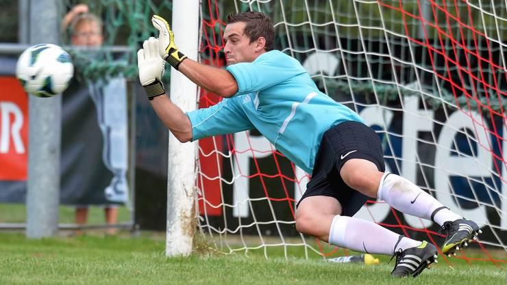 Suhrs Goalie Patrick Wanner hält den Penalty.