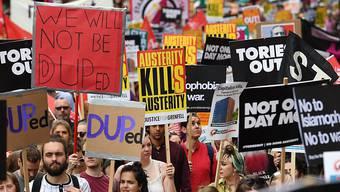 Tausende Menschen haben in London gegen die Sparpolitik und für einen Rücktritt der konservativen Minderheitsregierung von Premierministerin Theresa May demonstriert.
