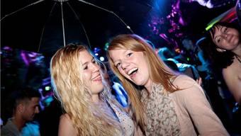 Sie konnten nur leicht bekleidet, aber  mit einem Schirm «bewaffnet» das «Märetfescht-Gütschli» locker überstehen.