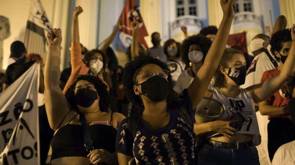 Demonstranten protestieren gegen die Regierung bei der Bekämpfung des Coronavirus. Foto: Silvia Izquierdo/AP/dpa