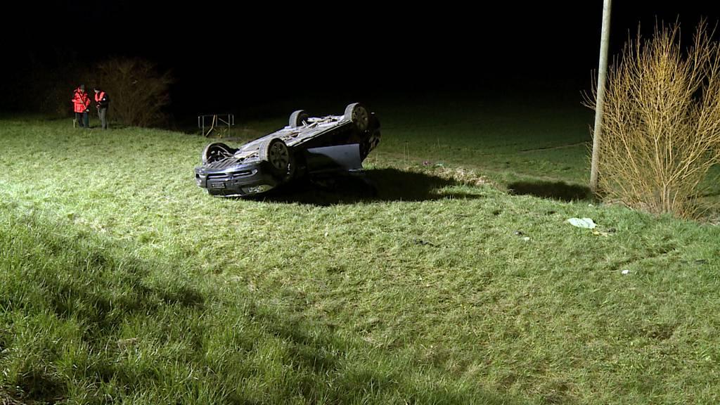 Auto überschlagen: Ein Schwerverletzter bei Selbstunfall