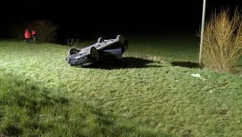 Am Samstag kam ein Autofahrer von der Hauptstrasse zwischen Neunkirch und Schaffhausen von der Strasse ab. Das Auto überschlug sich mehrfach. Der Lenker zog sich schwere Verletzungen zu und musste mit dem Rettungshelikopter ins Spital geflogen werden.