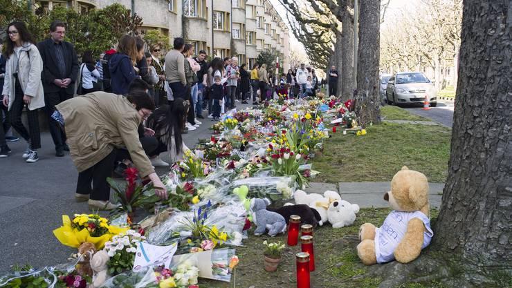 Trauermarsch für den 7-jährigen Ilias, der von einer 75-jährigen Frau erstochen worden ist