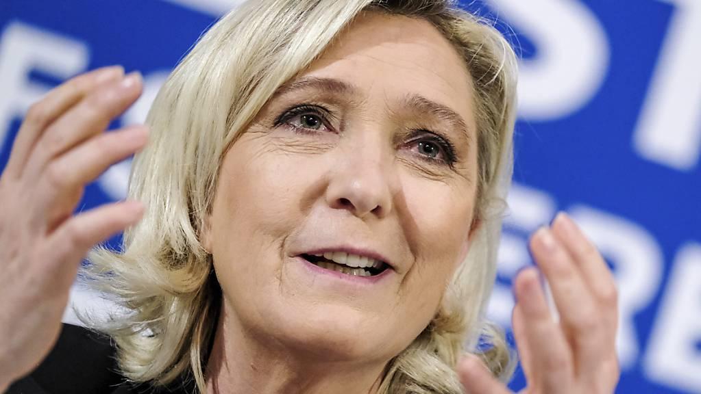 Die Vorsitzende der französischen rechtspopulistischen Partei «Rassemblement National» Marine Le Pen spricht bei einer Pressekonferenz. (Archiv)