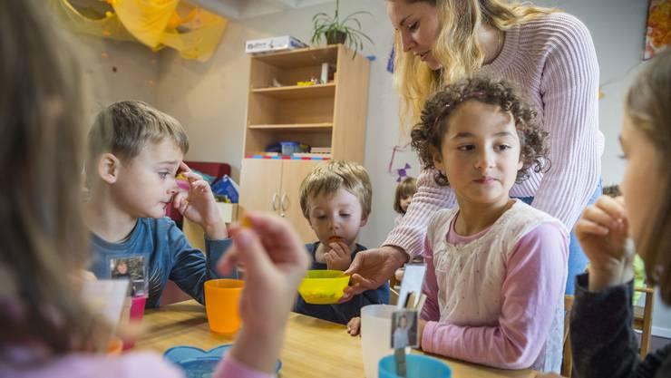 Als volle Arbeitskraft im Einsatz, aber schlecht bezahlt: Eine Praktikantin in einer Kindertagesstätte