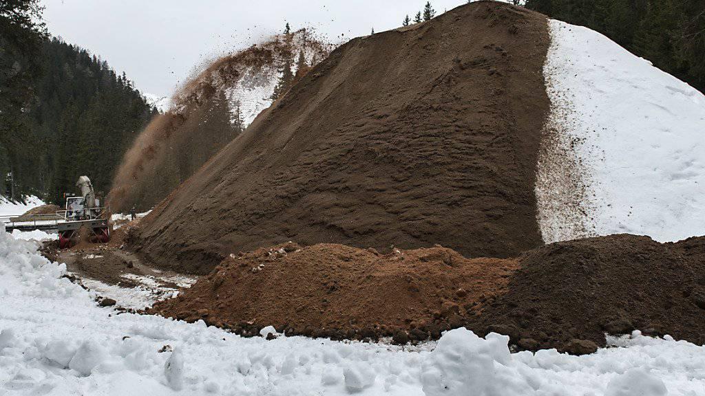 """Beim """"Snow-Farming"""" wird Schnee in ein Depot gebracht, mit Sägemehl oder Sägespänen zugedeckt und so für den nächsten Winter """"übersommert"""". (Archivbild)"""