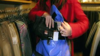 Das Ehepaar stahl Taschen, Rucksäcke und Kosmetika im Wert von mehreren tausend Franken. (Symbolbild)