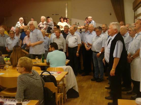 """Unser Dirigent, Christian Meldau,   bewegt die Gäste zum Mitsingen beim  Schlieremerlied """"Gaswerklied"""""""