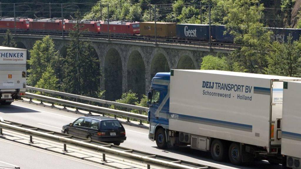 Der Güterverkehr durch die Schweizer Alpen hat im ersten Halbjahr 2019 abgenommen - auf der Strasse ebenso wie auf der Schiene. (Archivbild)