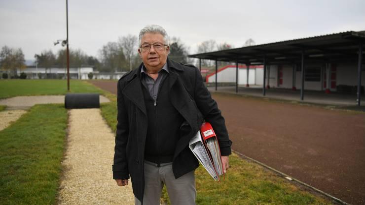 Robert Gilomen, Ressortleiter Stadion beim TV Grenchen mit einem Teil der Projektunterlagen.