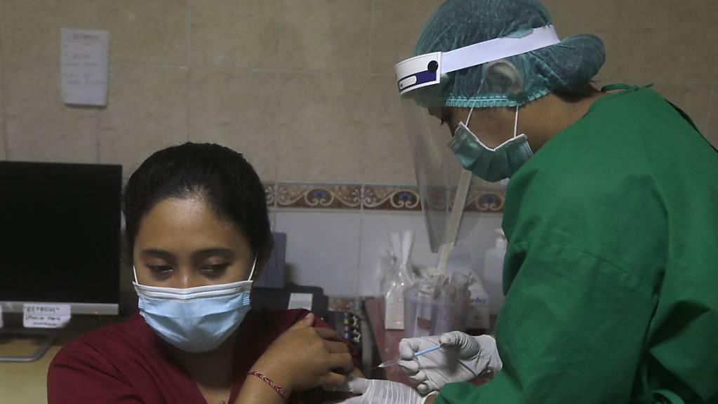 Eine Impfübung auf Bali. Die indonesische Arzneimittelagentur hat eine Notfallzulassung für den Corona-Impfstoff des chinesischen Pharmakonzerns Sinovac Biotech erteilt.