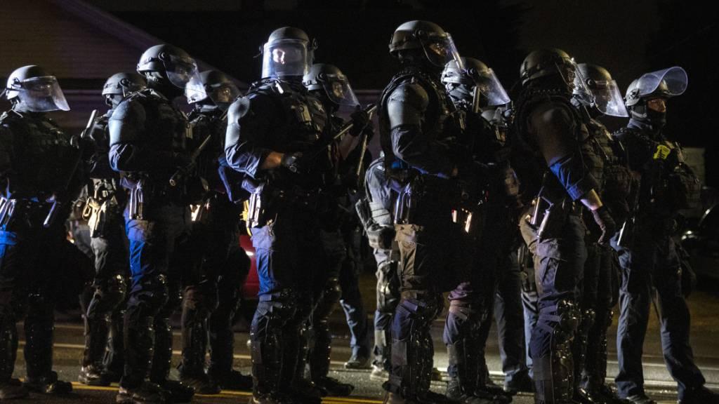 Polizisten beziehen Stellung gegen Demonstranten bei neuen Protesten gegen Rassismus und Polizeigewalt in Portland. Foto: Paula Bronstein/AP/dpa